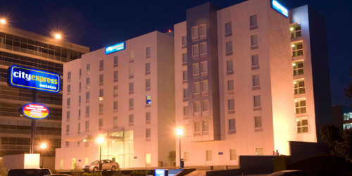 hotel-tijuana-rio-city-express-fachada-noche